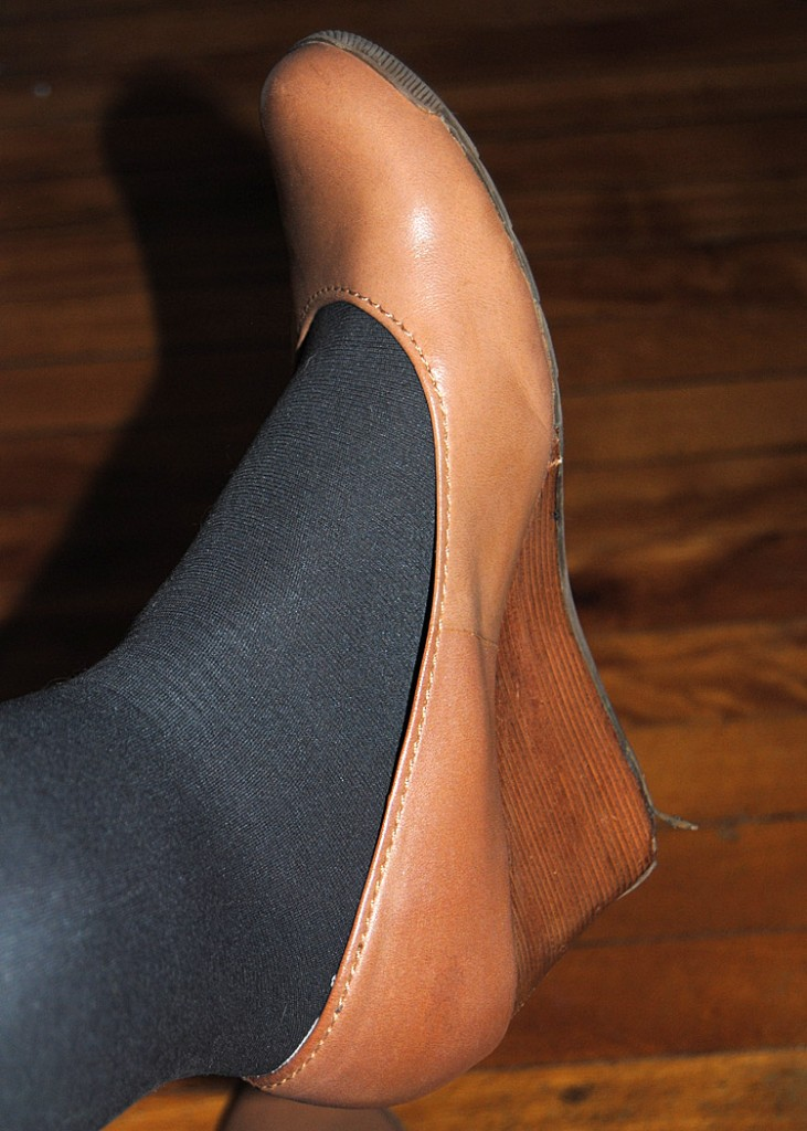 Can I wear coloured tights with nude shoes?