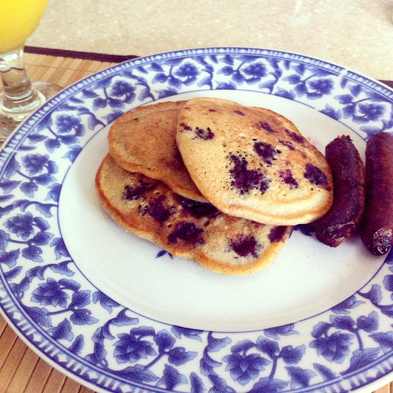 breakfast foods, gluten free, GF, no gluten, pancakes, blueberries, cinnamon, turkey sausages.