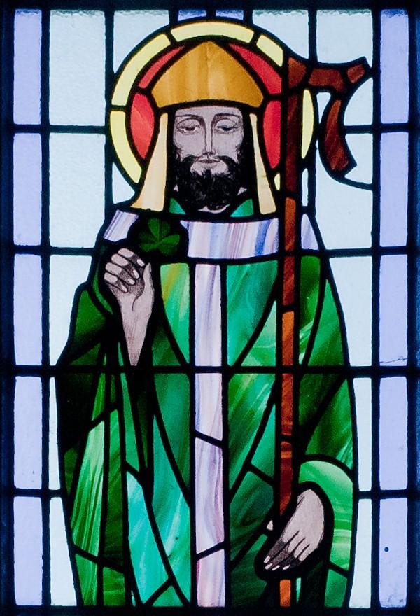 https://upload.wikimedia.org/wikipedia/commons/8/82/Kilbennan_St._Benin%27s_Church_Window_St._Patrick_Detail_2010_09_16.jpg